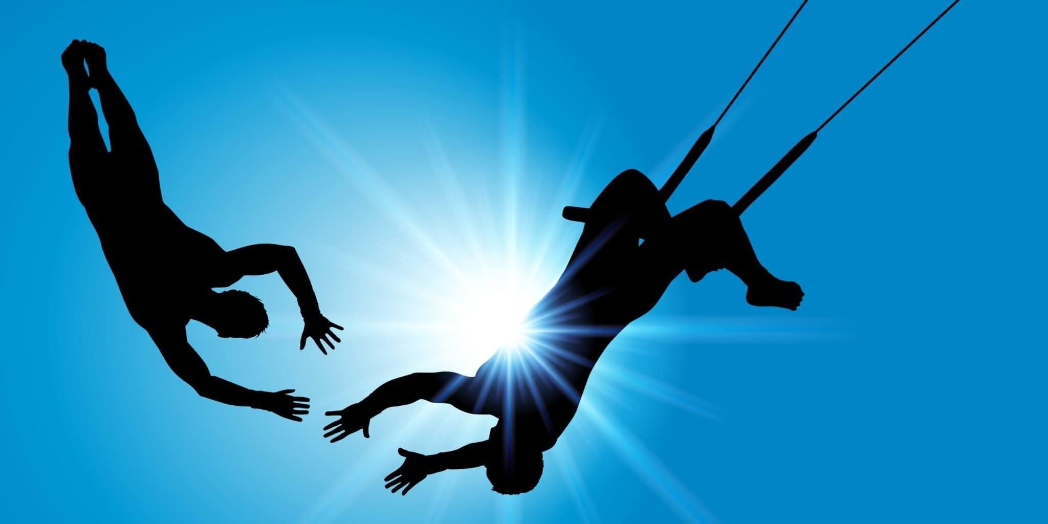 Ein Faenger am Trapez faengt einen Springer