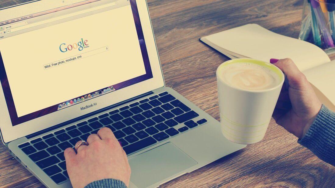 Ein Laptop auf dem eine Googlesuche ausgeführt wird