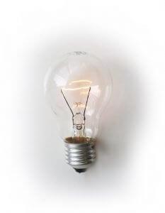 Foto einer leuchtenden Glühbirne auf einem weißen Hintergrund